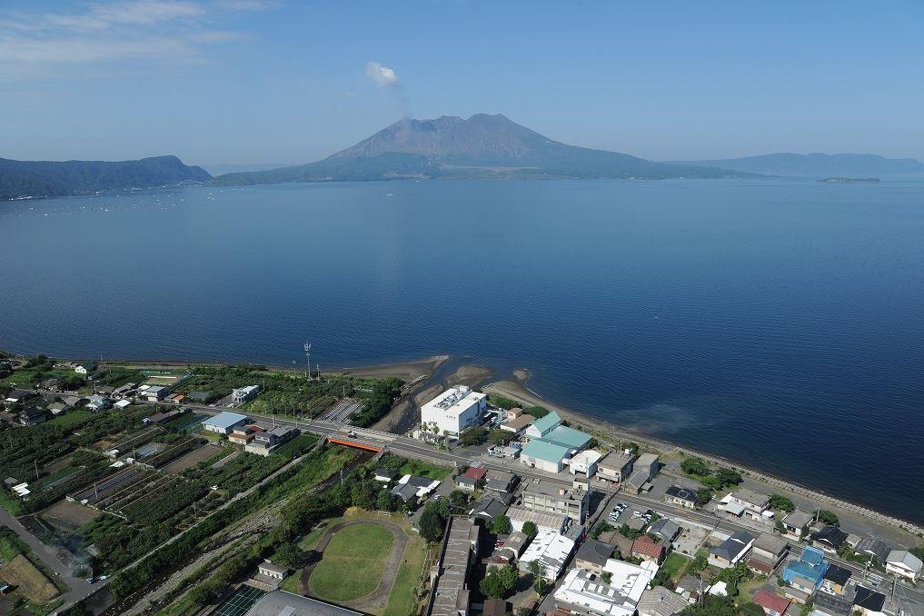 桜島を望む海沿いに工場があります。