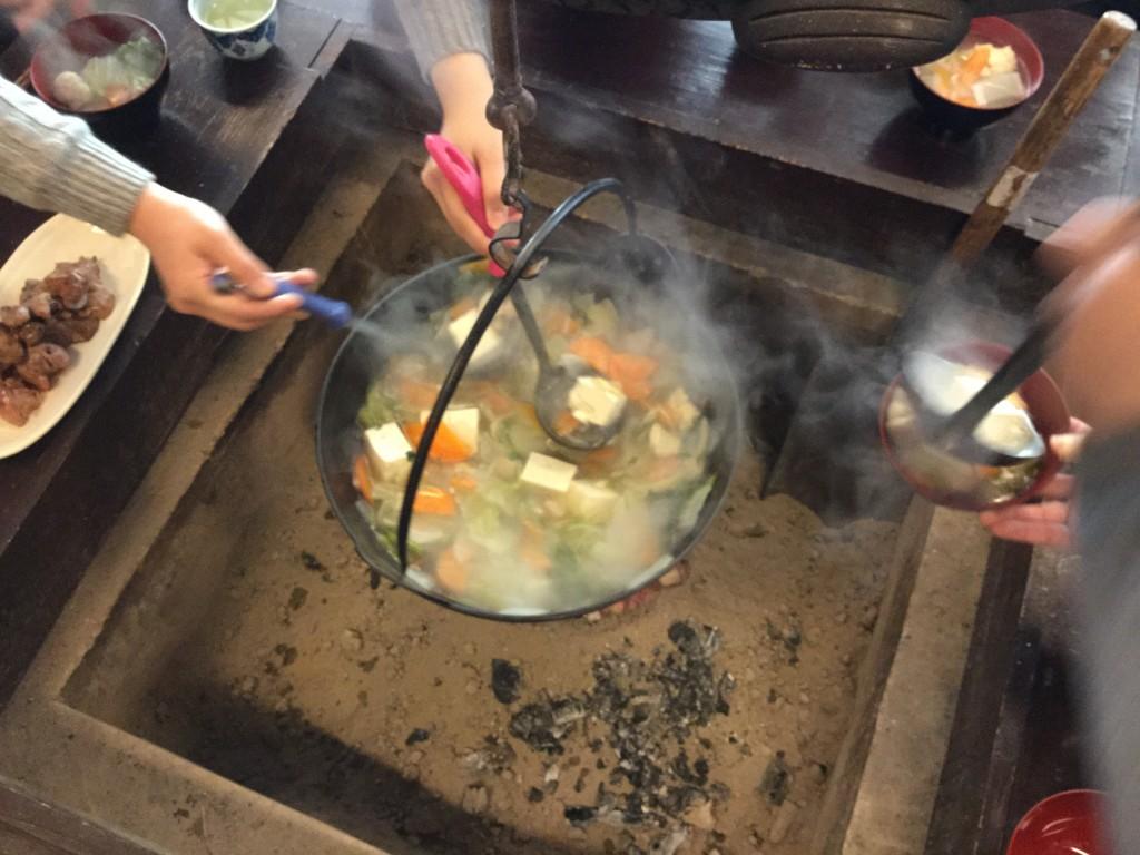 囲炉裏をみんなで囲んでお鍋をつつく。 身も心も温まります。