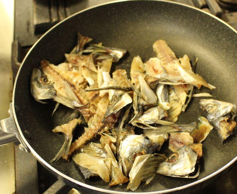 グリルやフライパンやオーブントースターで、臭みを消す為に、しっかり香ばしく焼きます。