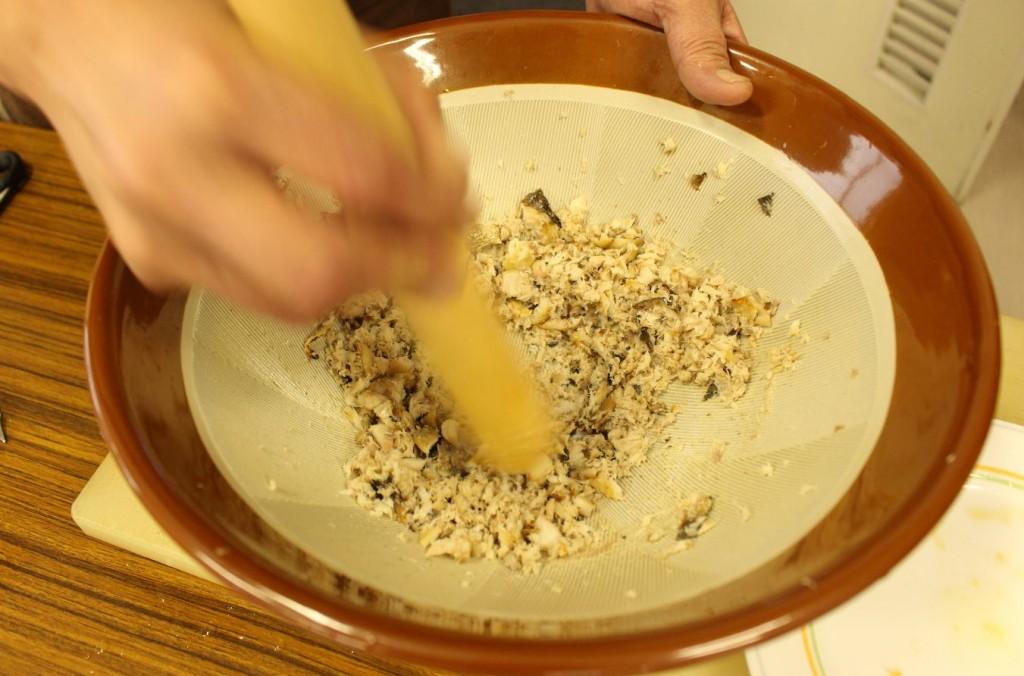 すり鉢などで、食べやすい大きさにほぐします。