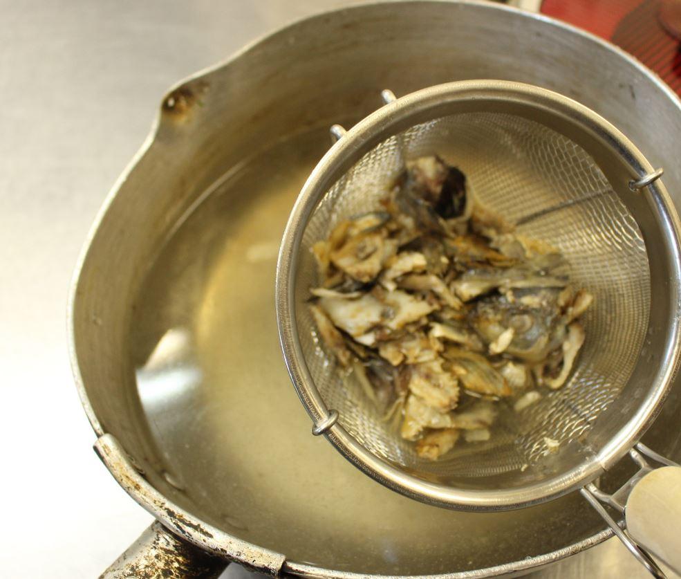 沸騰した湯にアラを入れ、強火で煮ます。再沸騰したら火を止めてしばらくおきます。 ニボシでダシをとる感覚です。 しばらくしたら、濾してアラを取り出します。