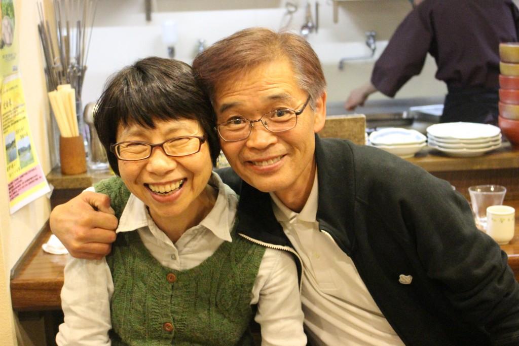 はじめ社長(右)と奥様…4~5年前は営業で外食や間食をしていたが、現在は家で食事。ごはん、味噌汁、魚を基本としただけで10キロ程度やせた!そう。