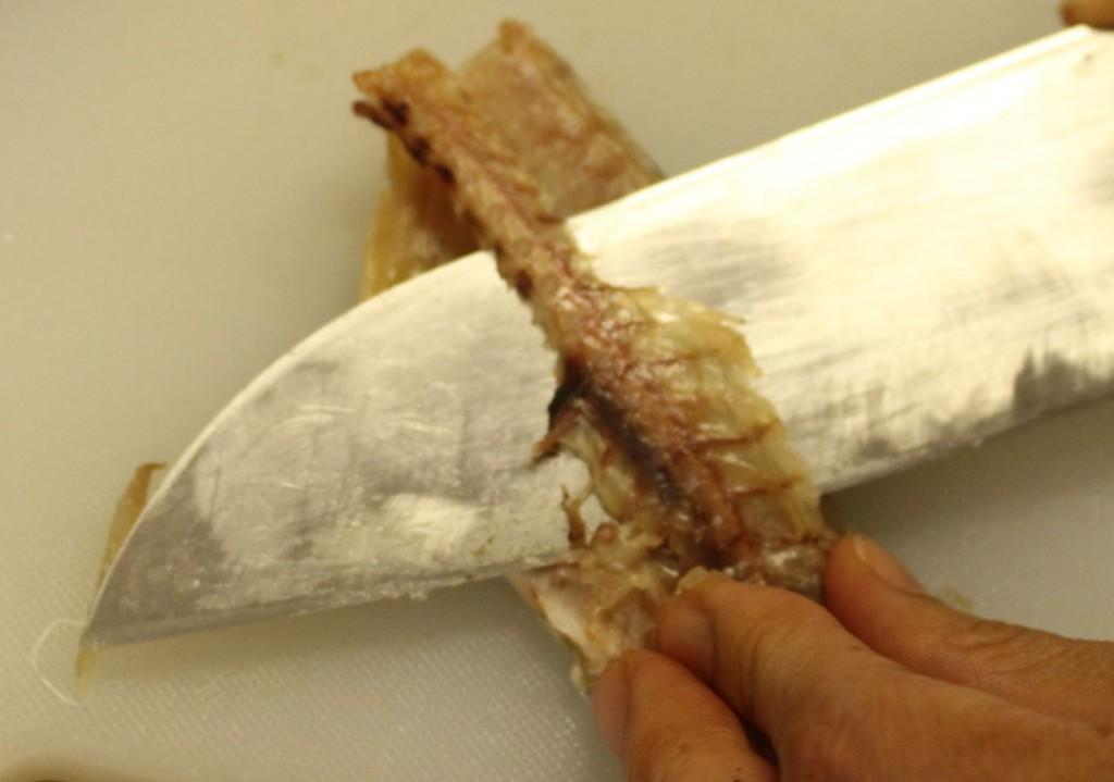 包丁で中骨と腹骨をとります
