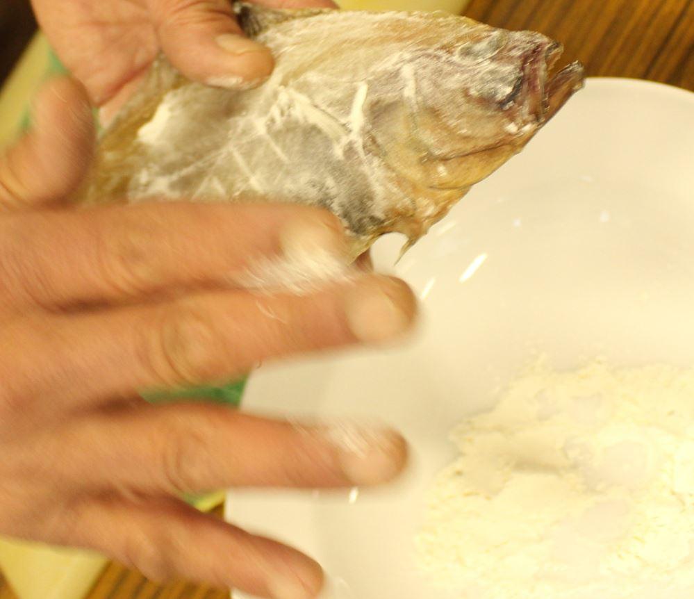 エテカレイに薄く小麦粉をつけます。