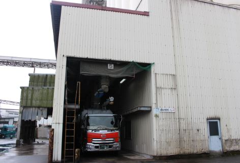 用途に応じて袋に詰めたり、または専用バルク車に積み込み、各農場へ運びます。