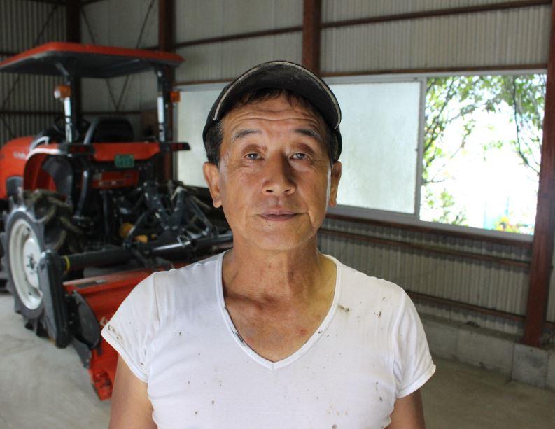 たくましい腕の筋肉と胸板の厚みが70代にはとても見えない益田さん 。レンコン栽培の勲章でもある『泥』もかっこいいんです。