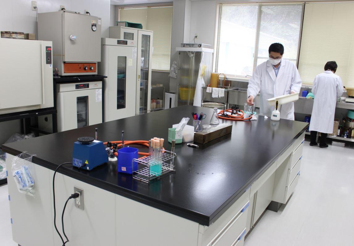 理科教室?と思わせるような機器や道具が置かれた品質管理室