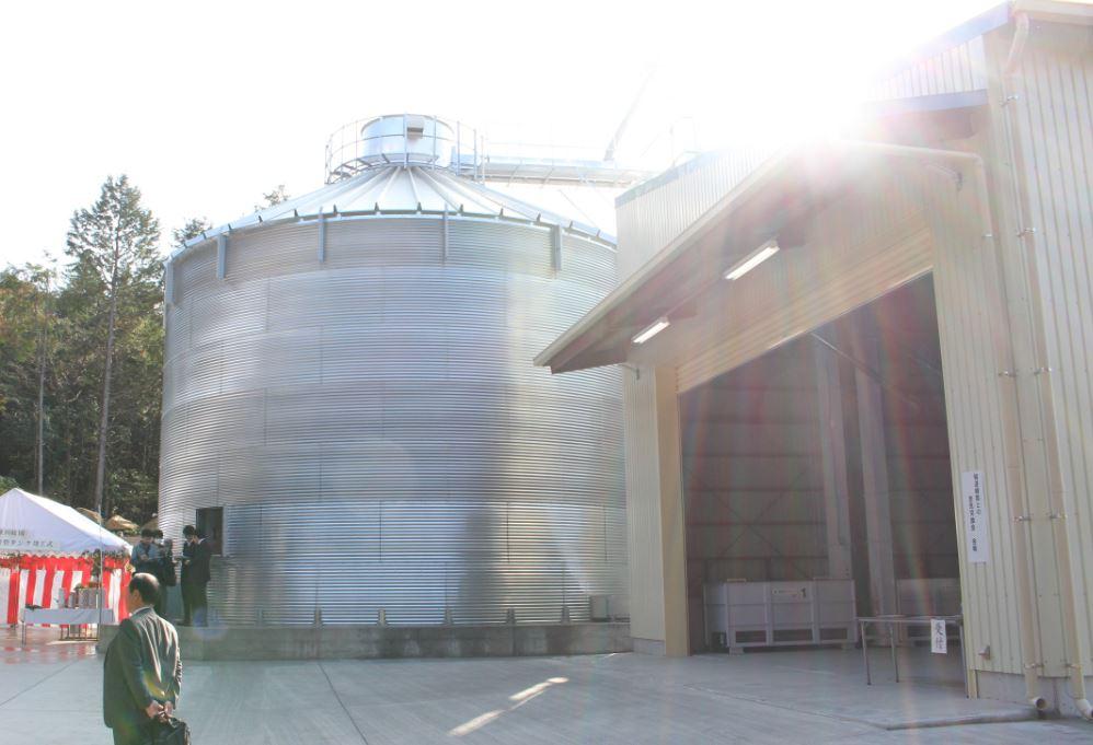 飼料米タンク(直径:11.2m 高さ:11.7m)2基合わせて最大700tも保管できます!