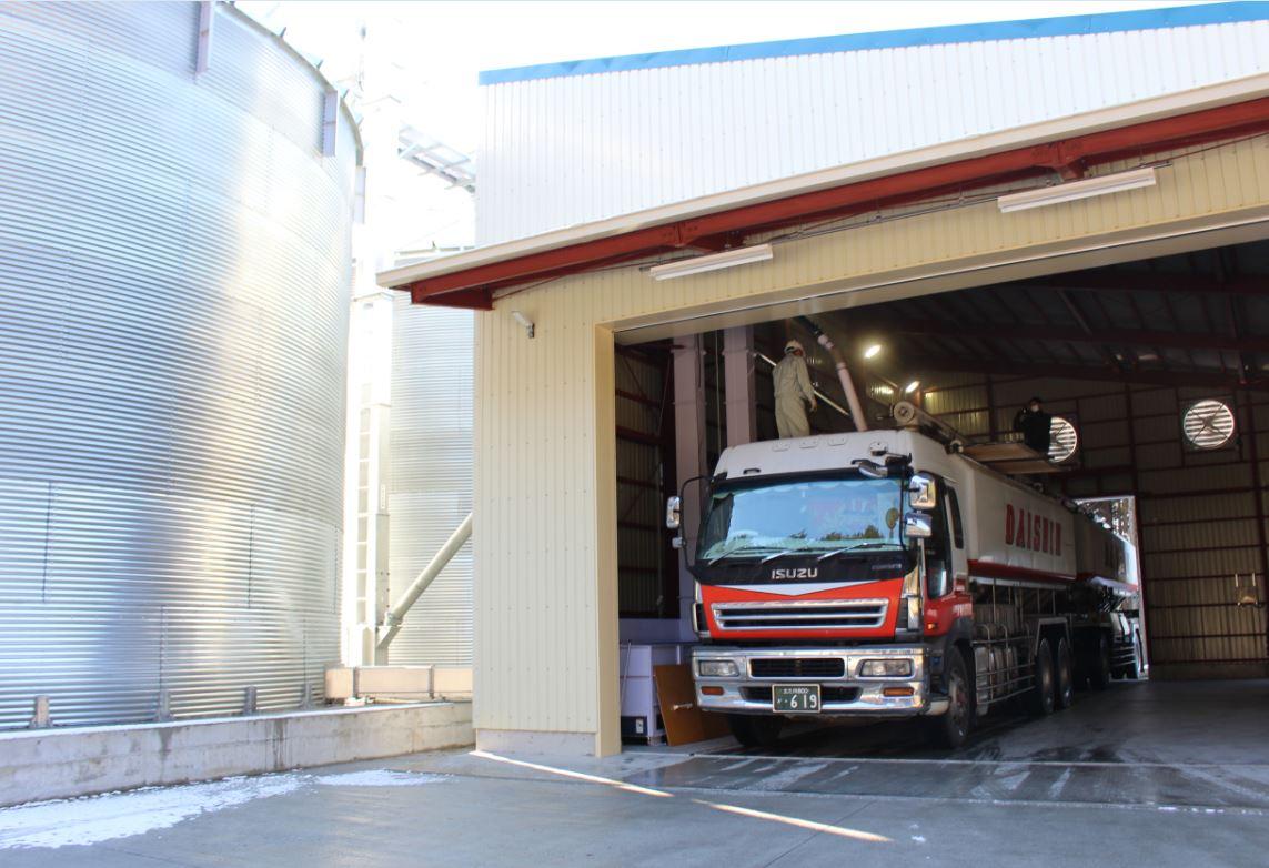 飼料米がこのタンクから飼料会社へ初めて出荷された日。
