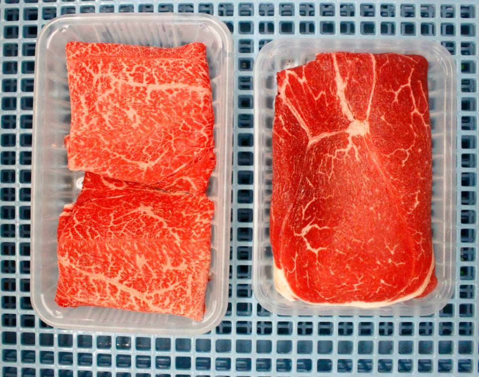 秋川牧園の和牛(左)と秋川牧園牛(右)の比較写真(部位:モモ)。サシの入り方は和牛にはかないませんが、旨味のある赤身の味わいは和牛にもひけを取りません。